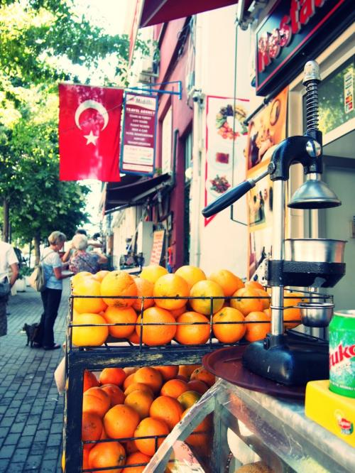 旧市街スルタンアフメットのホテルを出発<br />トルコにはこのような生絞りオレンジジューススタンドがよくある。
