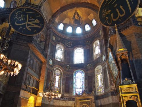 アヤソフィアは、かつてこの街がコンスタンチノープルと言われていた時代に東ローマ帝国のコンスタンチウス2世によって建てられた大聖堂。<br /><br />元々キリスト教の総本山として作られたが、その後1453年にオスマントルコがこの地を征服すると大聖堂はモスクに改められてしまったという。<br />