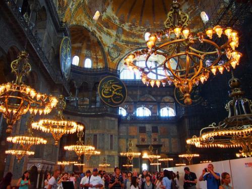 イギリスやイタリアの大聖堂は沢山見てきたけど、それらとは違い<br />その歴史通り、キリスト教の大聖堂とモスクが共存した感じ。