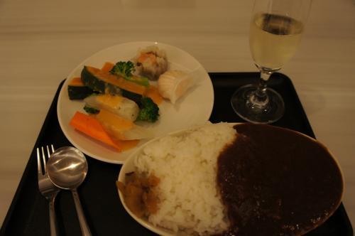 夕食として、話題のビーフカレーを頂いた。<br />残念ながら、ビーフは見当たらなかったが、美味しかった。<br /><br />色々な酒類が揃っていたが、アルコールが入ると眠りが浅くなる体質のため、スパークリングワインと白ワインを1杯ずつ頂いて終了。