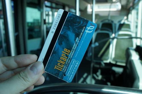 ボルドー・メリニャック空港から市内までは1番バスで。<br />たった1.4ユーロで連れて行ってくれる。<br />購入はバスのドライバーから。