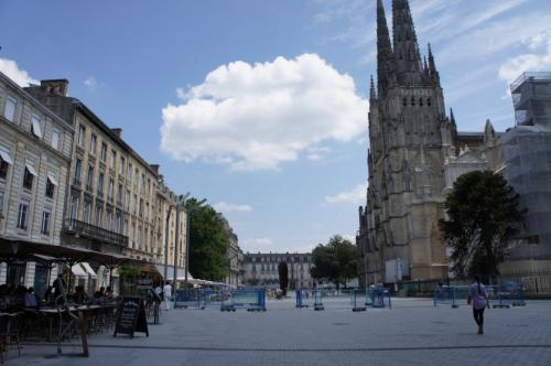 サンタンドレ大聖堂前の広場。<br />ランチをとったカフェもこの広場にある。