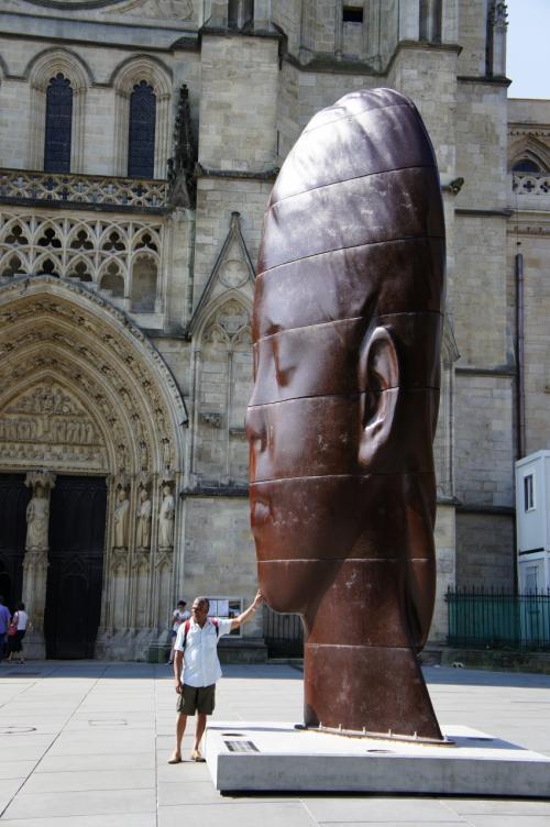 サンタンドレ大聖堂前の不思議なオブジェ。<br />かなり大きいが、平べったく、目の錯覚を利用し立体的に見せている。