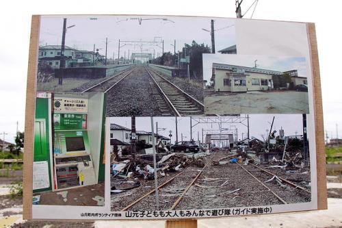 津波被害時の写真が駅舎跡地に貼られていました。<br />