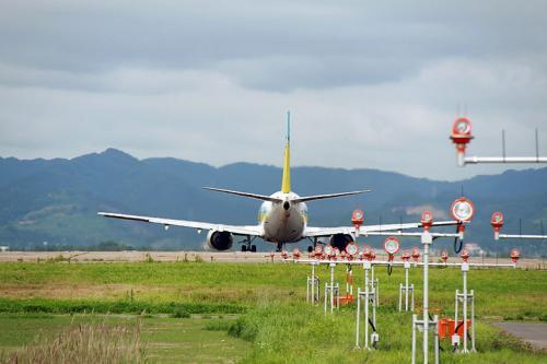 仙台空港の海側は、大阪・伊丹空港の千里川土手と同じような感じでRunway27の着陸灯が間近に見られます。<br /><br />丁度、AIRDOのB737-500が離陸してくのでその様子を写真撮影。<br /><br />次回は時間を作ってスポッティングに来たいですね。
