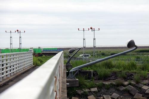 着陸灯を見ていると、橋の欄干に設置されていた、街頭がひん曲がっていました。<br /><br />空港を襲った津波の被害がそのままに残っています。<br />一見、空港は平常に戻った様に見えますが、周辺にはまだまだ津波の爪あとが残っています。