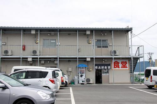 名取ICから仙台東部道路に乗り、一路石巻を目指します。<br /><br />車の流れは順調で仙台空港から1時間程で石巻に到着しました。。田代島へのフェリーは12:15発なのでその前に昼食を済ませようと、石巻港魚市場にある「斎太郎食堂」へ向かいます。<br /><br />ICから街中を通り港近くまでは、普通の町並みが続きますが、港に入ったらそこは被害地そのものです。<br />港湾施設はかなり復旧はしてますが、道路なんかは凸凹です。<br /><br />斎太郎食堂もプレハブ建ての仮設?店舗な感じです。