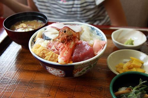 こちらは子供が注文した海鮮丼(1000円)<br /><br />ドンブリ飯の上に豪快に?ボタンエビ、カツオ、マグロ、イカ、北寄貝、とびっこ、ねぎとろetcと豪快に盛られています。<br />