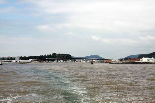 フェリーの時間まであまり時間が無いので急いで旧北上川河口の船着場に向かいます。魚市場からは車で直ぐなので11:50にお店を出て、12:15発のフェリー「マーメイド」間に合いました。<br /><br />往復乗船券を購入して船内に乗り込みと出港です。<br />昨日まで東北地方は大雨だったそうで、その影響か川の水は茶色に変色していました。<br /><br />