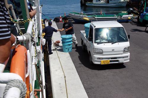 ココでは下船客は無く、積み荷(市場に出荷した樽?)を下ろして直ぐに出港です。