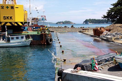 震災の影響で、大泊港の船着き場が地盤沈下で下がり海が岸壁を洗う様になってしまったようです。<br /><br />かさ上げ作業の真っ最中で、まだまだ復興の半ばの様子です。