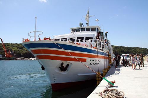 仁斗田港に到着しました。<br />観光客に交じって翌日の参議院選挙の投票箱を運ぶ人達も降りて来ました。<br /><br />船は目的地の網代島に向かいます。