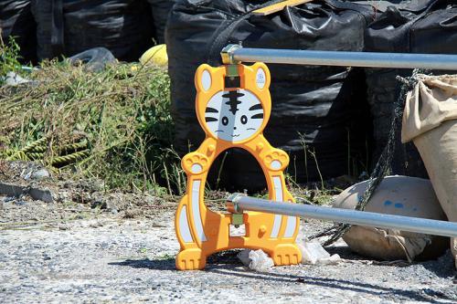 島での滞在は2時間程で、15時32分発のフェリーで石巻港に戻る予定です。<br /><br />それまで島を散策しながら猫達を見て回る事にします。<br /><br />島に着いて最初に見たのが、この工事用フェンスの猫です(笑)<br />猿とかイルカ、ウサギは良く見ますが猫は初めてです。<br />流石、田代島。