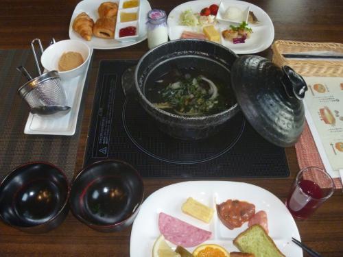 好きな分量の味噌を溶いて〜<br />可笑しなおかず選びをした<br />和洋折衷の朝食