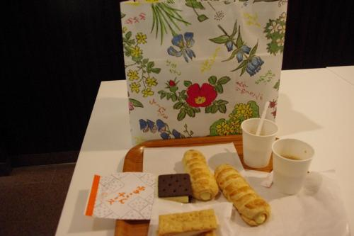 早速に<br />スイーツ売り場横に<br />セッティングされているテーブルで<br />無料コーヒーをすすりながら<br />雪こんチーズ(2時間以内)とサクサクパイ(3時間以内)<br />を頂きました。