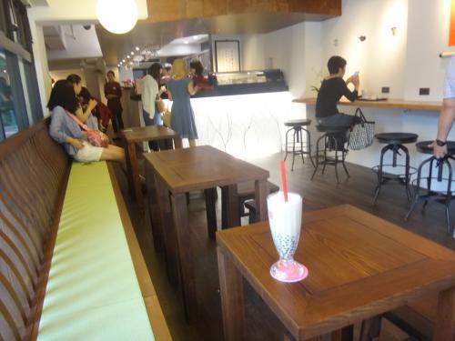 2013/7/27、代官山に【春水堂】が<br />グランドオープンしました。<br /><br />チュンスイタンは創業1983年、台湾で38店舗を<br />展開するカフェチェーン。<br />タピオカミルクティー発祥の店です。<br /><br />無添加のタピオカや天然素材を使ったシロップ作りも<br />自社で手掛けています。<br /><br />http://www.chunshuitang.jp/