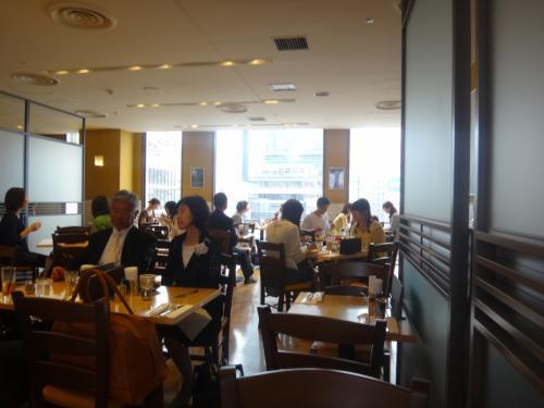 カフェ・クッチーナ東急東横店の店内からは<br />東急プラザや反対側の渋谷ヒカリエが見えます。<br /><br />