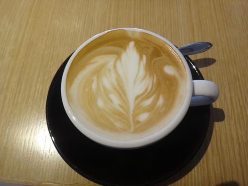 【カフェ・クッチーナ&カンパニー】渋谷店<br /><br />・ソイカフェラテ 520円<br /><br />ラテアートです(*^_^*)<br /><br />コーヒーにもこだわりが。<br />バリスタが選び抜いた6種類の豆をご用意し、<br />実に18種類のオリジナルコーヒーを<br />お楽しみいただけます。<br />鮮度を保つため、工場直送の豆を使用しています。