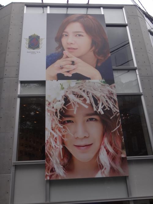 【アジアプリンス】渋谷<br /><br />チャン・グンソクさんの大きな写真。<br />グンちゃんファンが集まっています。