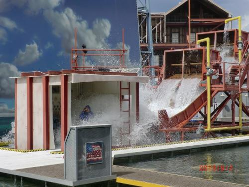 「スタジオ・バックロット・ツアー」<br />トラムツアーの前の特殊効果の説明では、一般の応募者が洪水実験の被験者に<br />ポンチョを着ていたが、効果なくびちょびちょ<br />