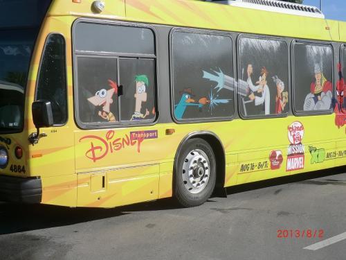 <8月2日><br />「ディズニー・アニマル・キングダム」<br />今日はホテルからのシャトルバスで「ディズニー・アニマル・キングダム」に直行<br />ディズニーワールドリゾート内(?)を30分程度走って8時40分頃に到着<br />テーマパークやオフィシャルホテルとの間をこんなバスがたくさん走っている