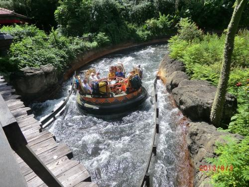 「カリ・リバー・ラピッド」<br />激流下りアトラクション<br />廃墟寺院から丸いボートに乗って、チャクラナディリバーに漕ぎ出す<br />ずぶ濡れ度は、ユニバーサルの「ポパイ・アンド・ブルートズ・ビルツラット・バージーズ」の方が上かも