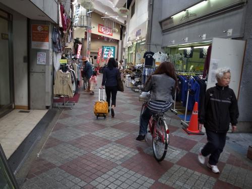 そこに行くには、環状線・桃谷駅を降り、改札を抜け左側のアーケードを進む。<br /><br />「危ないので自転車の方は降りてください」ってアナウンスが流れているが、桃谷住民は、ほぼブラジル、あっ、ゴメン、ほぼ無視。<br />自転車持って歩くのは3割で、7割は当然の様に乗っている。<br />80歳くらいのおばあちゃんでさえ、器用に人の間をすり抜けてゆくのだ。しかもかなりなスピードで。桃谷住人の自転車テク、凄い!<br /><br />なんとここにもユルキャラが!ももたんのブログありました。<br />http://ameblo.jp/momotanmomodani