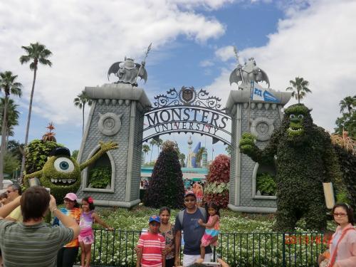 「ディズニー・ハリウッド・スタジオ」<br />マイクとサリーがお出迎え