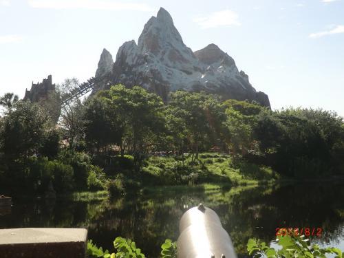 「エクスペディション・エベレスト」<br />ヒマラヤ山脈をイメージした建物の中を走り抜ける(エベレスト版ビックサンダーマウンテン)<br />ディズニーとしては最大のローラーコースターらしく、逆走もあり