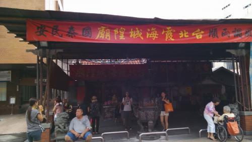 寝ている相方をおいて迪化街に行って念願の台湾キルトの鞄を買いに行ってきました。霞海城隍廟でお参りと甘いお茶をいただきました。
