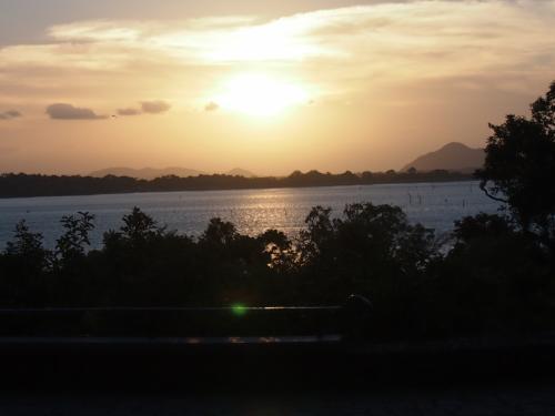 ホテルから夕日を見るのを楽しみにしていたのだけれど、カンダラマ湖を望むエンタランスのちょっと手前で日が沈み始めた。17時から18時の間くらいに到着すると一番よい夕日が見ることができます