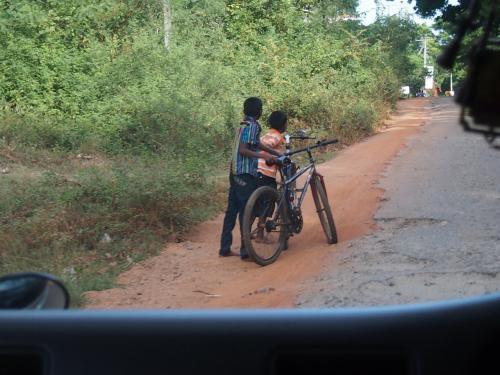 ↑の道を曲がると普通のスピードでは走れないほどラフな道が続いてくる
