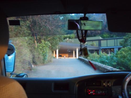 少し坂を上ると森の中にカンダラマホテルが現れます