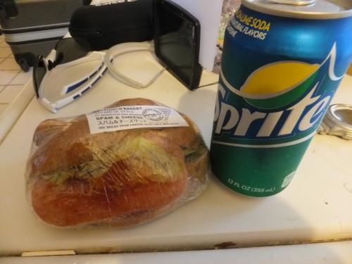 <br /> 8/14<br /><br /> 今日は、ホテルを7:15にピックアップの為<br /> 前日に、ABCマートでサンドイッチを購入<br /><br /> 朝食です