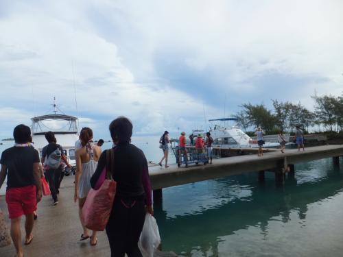 <br /> 午前の2ボートは SUN RIDER というボートで<br /><br /> 本日の乗客は36名・・・・  多すぎ((+_+))