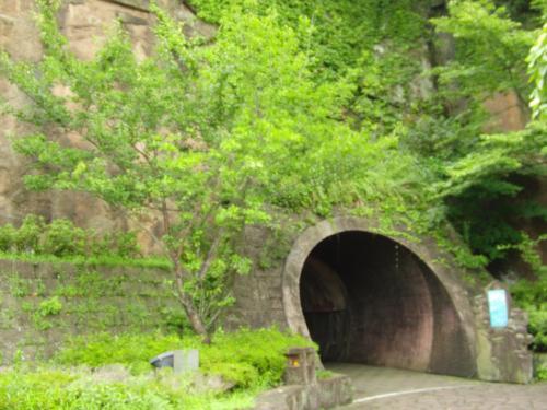 ミュージアムには、このトンネルを潜って行く。