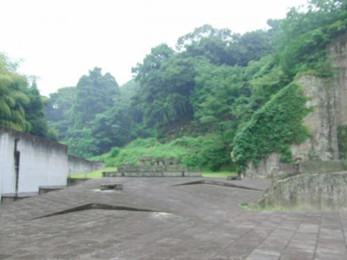 このミュージアムの入り口の右方には、採石場跡や「来待石広場」があった。<br /><br />
