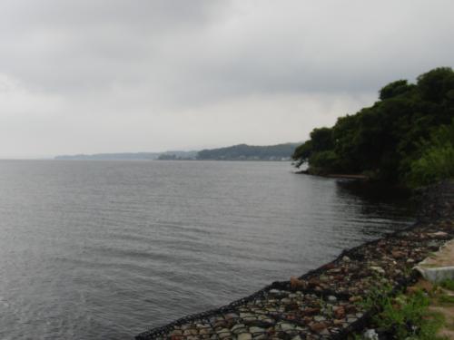 さらに北に進み、国道9号線を横切って、宍道湖岸に出てみた。<br /><br />天気はご覧の通りの曇天。