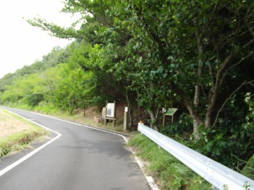 多賀神社と共に、今回ぜひ訪れたかったのが、松江市宍道町白石(はくいし)地区にある「女夫岩(めおといわ)遺跡である。<br /><br />この写真の方向通りに進み、右側を見ればすぐにたどり着けたのだが、今回、私たちは写真の上方向からやって来たので、軽自動車一台がギリギリ通れるような狭い道を、ヒヤヒヤしながら走らねばならなかったのだ。<br /><br />この写真の左の広大な敷地に「島根県家畜市場」がある。<br />つまり私たちは、家畜市場の周囲を時計回りにグルリと回り込んだことになる。左に行かず、右に行けば済んだことだったのに。