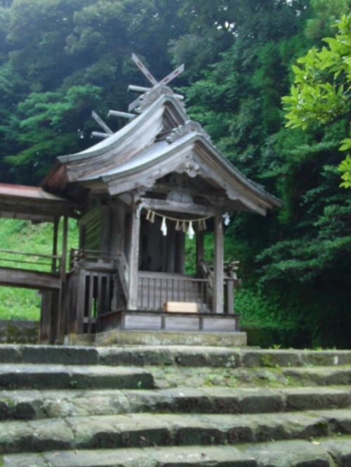 向かって右側の社殿