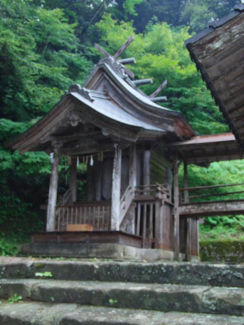 左側の社殿