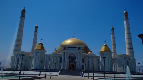 まずは、アシガバートで最も有名、かつ観光的価値があると思われる「キプチャク・モスク」です。「キプチャク」とはニヤゾフ前大統領が生まれた村の名前。<br />ガイドさんによれば、中央アジアでは最大規模とか。訪れた時は、内部は撮影禁止となっていました。内部には巨大な絨毯があり、折目の左右の濃淡は、見る角度によって逆転します。<br />