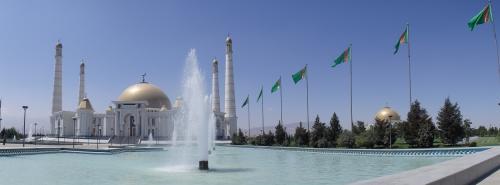 噴水の左手がモスク、右側はニヤゾフ大統領の両親と兄弟の廟となっていて、内部は撮影禁止。