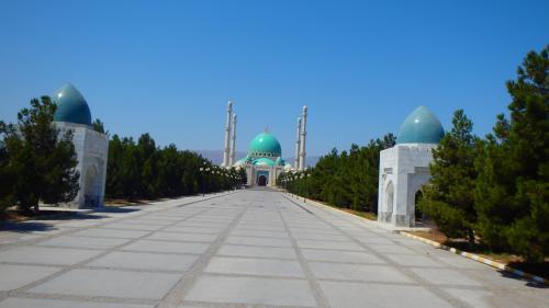 キプチャク・モスク同様、アシガバート郊外(西北西方向)にある青いドームのモスク。かつてのロシア侵攻(ギョクテペの戦い?)の時に犠牲になった住民の慰霊のために建てられたというような説明があったと思いますが、記憶はあやふや。入口で写真撮影だけの観光でした。