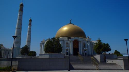 ニヤゾフ廟。衛兵が立っています。階段より先は撮影禁止。内部も撮影禁止。