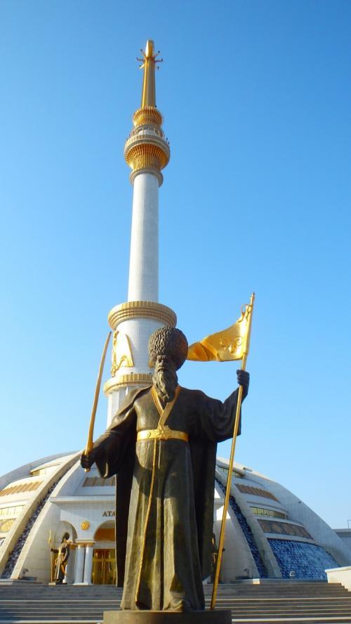 【撮影場所5】塔は、トルクメニスタンの偉人たちの像で囲まれています。外国人から見れば、テーマパークを訪れたような異次元世界。