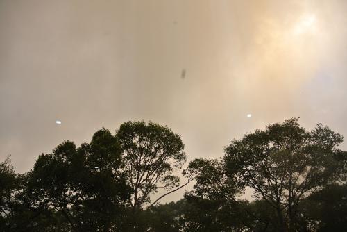 ホテルの窓から朝の空をみる。<br />黒い雲もみえ、天気模様は怪しい。