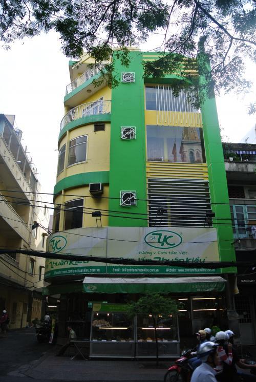 フォー屋台のある通りトンタットゥン通りにあるコムタム。<br />チェーン店なんでしょう。コムタム初心者には入りやすい店です。