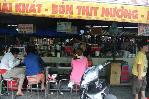 市場内食堂です。<br /><br />フォーやブン、ご飯ものなどいろいろ食べられます。