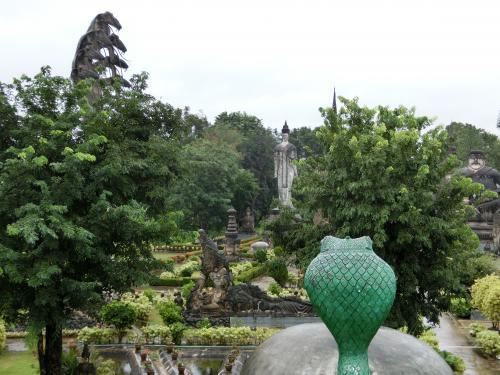 ワットケークの庭園の中心部。<br />緑色したナーガと七頭大蛇のナーガが中心にいる仏様を守るように見つめている。
